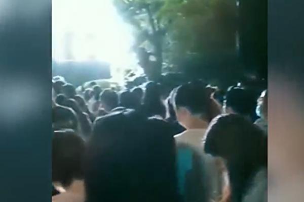 【一线采访】郑州医院爆群聚感染 民众:疫情严重
