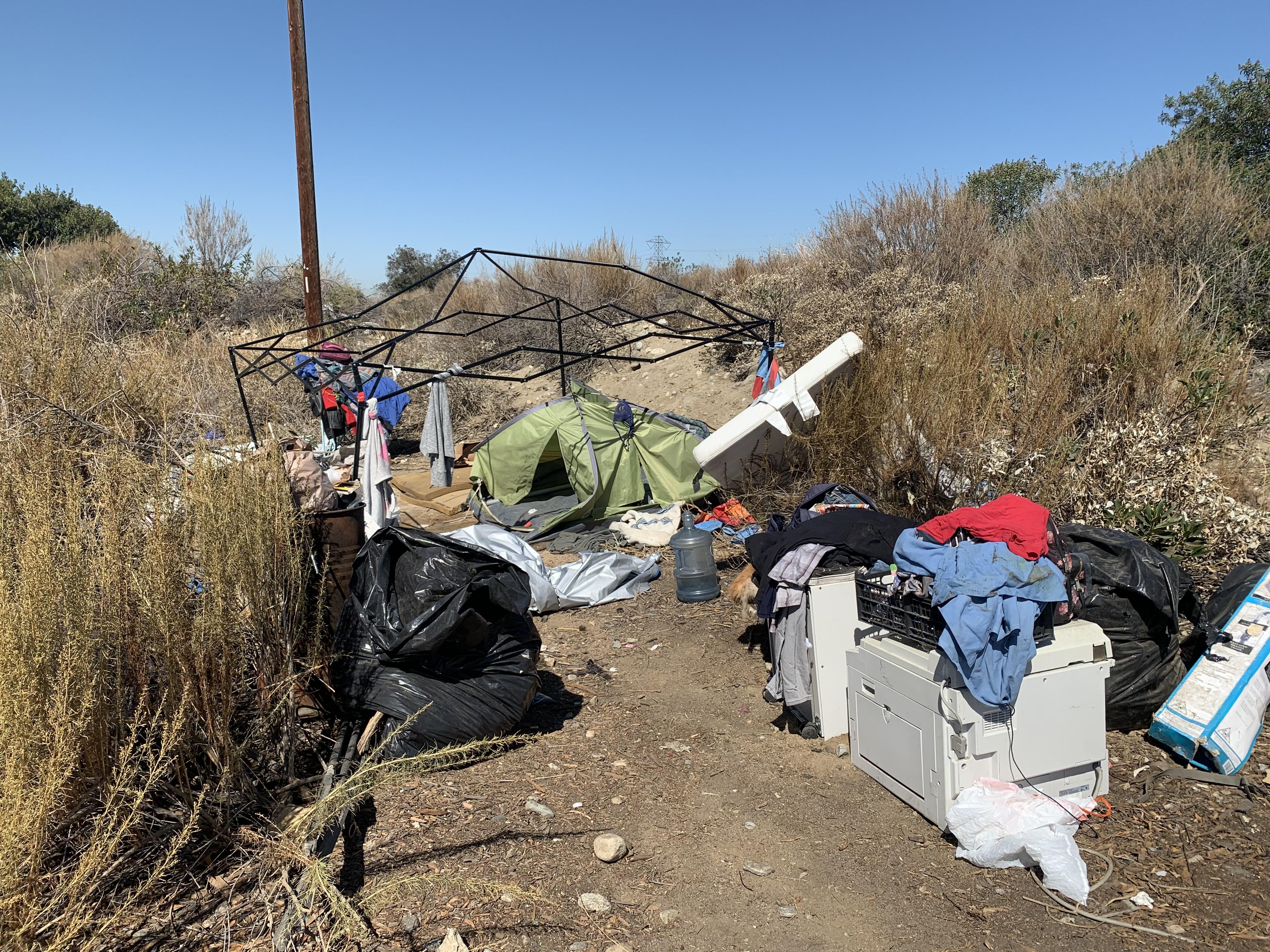 洛遊民營地大清理 警署出動運輸車及推土機