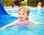 幼儿感觉统合训练:水中溜滑梯游戏亲子同乐