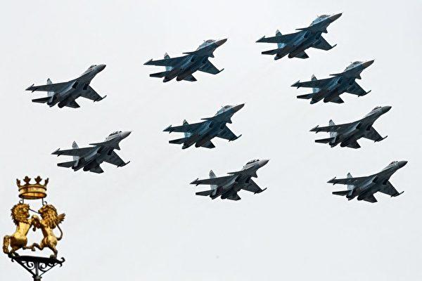 2021年5月9日,俄罗斯的Su-35S、Su-34和Su-30SM战斗机在阅兵中编队飞跃莫斯科市中心上空。 (Kirill Kudryavtsev/AFP via Getty Images)