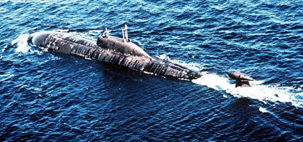 俄罗斯的阿库拉级核动力攻击潜艇。(STR/AFP via Getty Images)