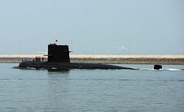 2009年4月22日,中共海军的一艘未知型号潜艇离开青岛港。 (Guang Niu/Pool/Getty Images)