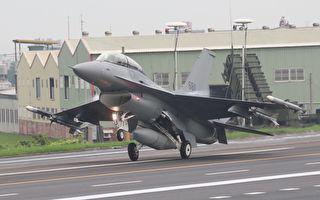 应对中共入侵 台湾战机在高速公路上演练