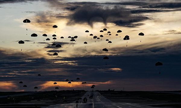 7月30日凌晨,美軍第 82 空降師和日本陸上自衛隊傘降關島安德森空軍基地。(美國空軍)