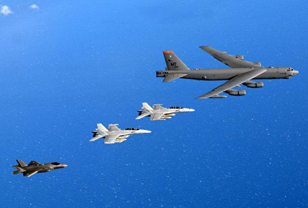8月5日,美軍公布B-52轟炸機與澳大利亞空軍的1架EA-18G 咆哮者電戰機、1架F/A-18F 超級大黃蜂戰機和1架F-35A隱形戰機在2021 年護身符軍刀演習期間。(美國印太司令部)