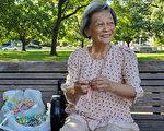 多伦多著名地标前 天天等中国游客的老奶奶