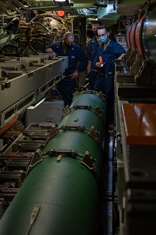8月14日,美军的洛杉矶级潜艇芝加哥号(SSN 721)在太平洋参加2021大规模演习(LSE 2021),水手正在装填UGM-84 鱼叉反舰导弹。(美国海军)