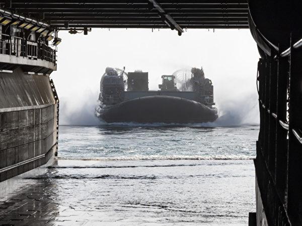 8月13日,美国海军陆战队第 11远征队在第三舰队区域演习,一艘气垫登陆艇准备进入两栖攻击舰埃塞克斯号(LHD 2)的船舱中。(美国海军)