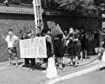 航班取消回國難 數十華人柬埔寨中使館前抗議