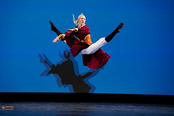 组图六:中国古典舞大赛男子组银奖得主风采