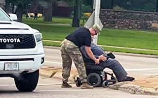 士兵當街停車幫助坐輪椅男過馬路 感動網友