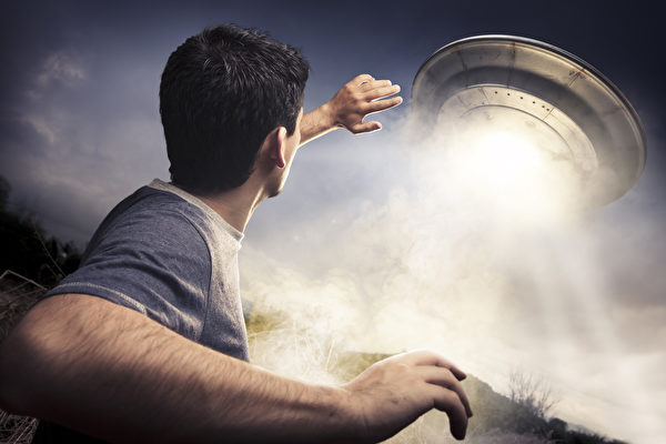美国男子自称遭外星人多次绑架和植入晶片