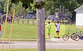 两男孩路遇军事葬礼 立即下自行车站好致敬