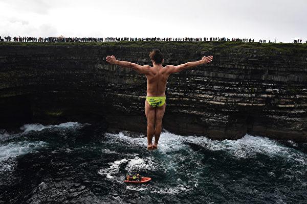 组图:爱尔兰悬崖跳水赛 挑战胆识与技术