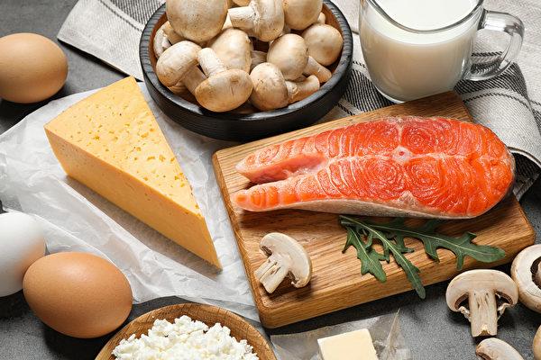 補充維生素D有助於對抗癌症。圖為富含維生素D的食物。(Shutterstock)