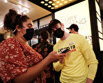 组图:纽约百老汇恢复演出 大批观众前往观赏
