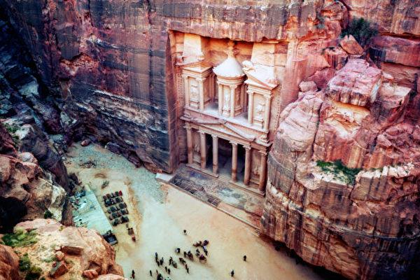 组图:奇观 雕刻在红砂岩峭壁上的约旦古城