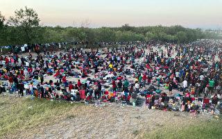 上万非法移民聚德州立交桥下 美宣布驱逐