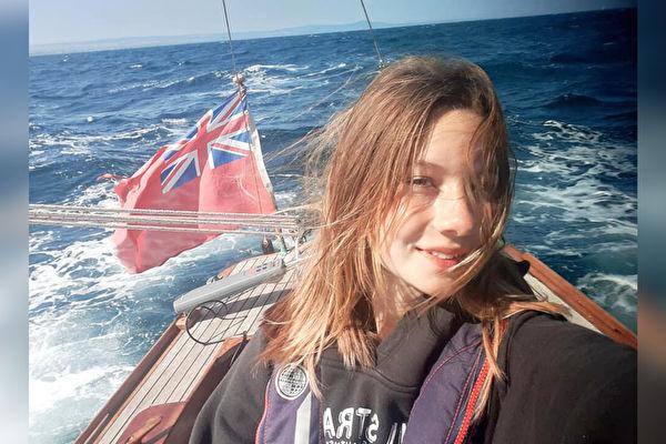 14岁女孩独驾帆船环航英国 创最年轻纪录