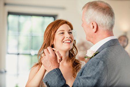 新娘婚禮後飛千里見病中爺爺 與他共舞一曲