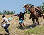 照片显示德州边境特工鞭打非法移民 摄影师否认