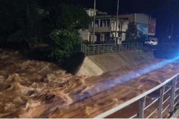 四川雅安突發泥石流 至少2死10多人失蹤