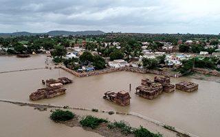 印度豪雨釀水災 新人乘坐超大鋁鍋去結婚