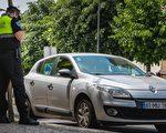 沮喪老人超速被攔 警察幫他解決生活難題