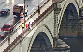 美國熱心路人主動停車 合力阻止一婦女跳橋