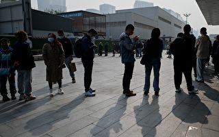 组图:北京疫情风险升高 市民排队接受检测