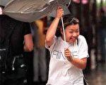 颱風中的女孩(法新社)