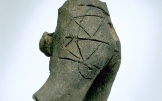 德國考古發現:七千年前陶制男性軀干雕像