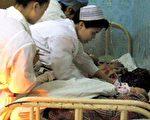 中国以非法贩卖女婴牟取暴利现象十分严重,许多女婴在贩运途中夭折,图为今年3月被从人贩子手中截获的数名女婴在广西一医院接受治疗(法新社图)