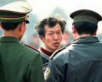 一男子在天安门广场遭中共警察询问(法新社图片)