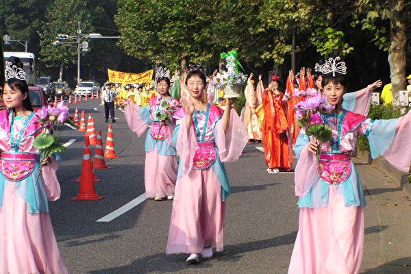 在隊伍的後面有法輪功學員表演的仙女散花、唐裝表演、陝北腰鼓和東北大秧歌等(大紀元)