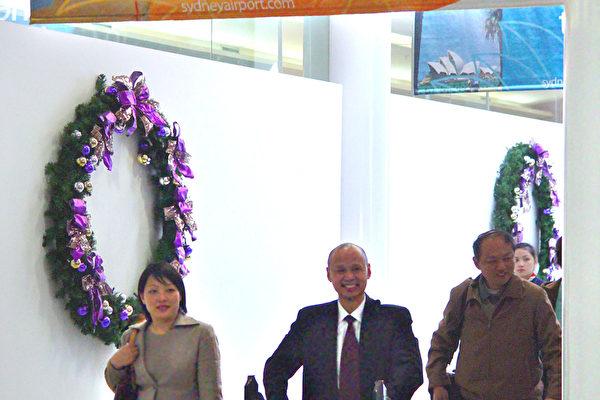 澳洲公民李麒忠和他的未婚妻李迎步出机场的出口