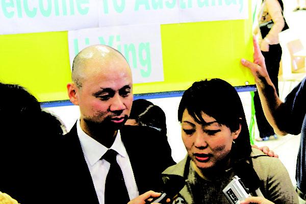 澳洲公民李麒忠和未婚妻李迎接受媒体采访