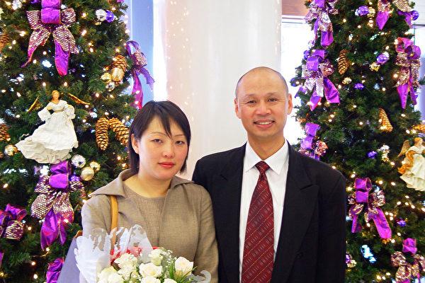 澳洲公民李麒忠和未婚妻李迎在机场的耶诞树下合影