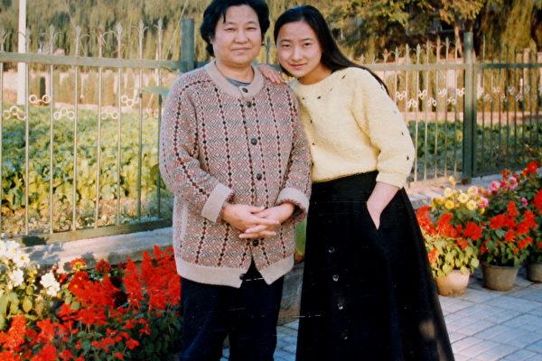 邱艳艳(右)和母亲朱慧芝。(大纪元)