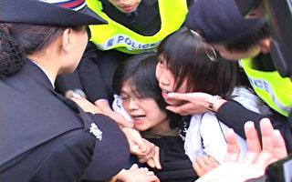 """""""压点控制法"""" 港警粗暴对和平示威者"""