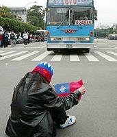 交管雖解除 抗爭群眾阻礙交通連警車都堵 警方未取締