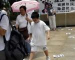 """参加游行的市民也加入""""踩江""""行列。(大纪元)"""