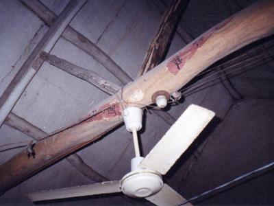 漏雨的屋顶(屋顶上有一条1cm左右宽的缝子)