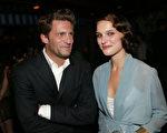制片人Gary Gilbert 和演员 Natalie Portman 7月28日在纽约首映式上(Getty)