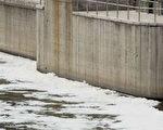 北京一家污水處理厰旁的河道里充滿了泡沫(法新社)