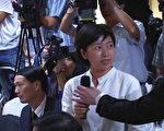 """美国""""新唐人电视台""""记者报上机构及自己的名字后,被国家奥运代表团发言人何慧娴截断讲话,不让记者发言,在场保安人员并冲上记者,把咪高风抢走。该名记者被突如其来的""""偷袭""""感到愕然。"""