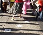 9月19日, 在大洋彼岸的纽约,一些听到这一消息的人自发的开始踩江行动,来庆祝江泽民下台。大纪元新闻图片。