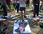 """台湾民众以竹竿舞的形式""""踩江""""。大纪元新闻图片。"""