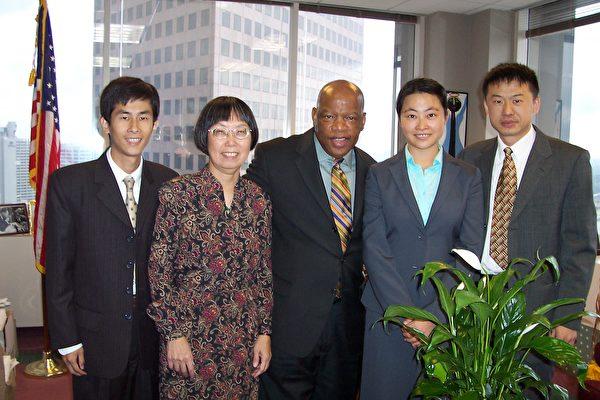 國會議員劉易斯(John Lewis,中)和亞特蘭大法輪功學員合照(由左至右:黃萬青博士、Becky女士、劉易斯議員、周雪菲、呂朝暉)。(大紀元)