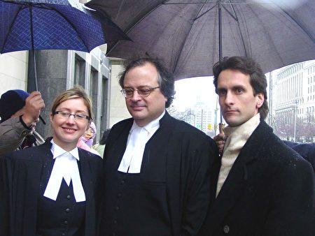 契普卡(右)與他的律師道納德(中)及助手勝訴後在法庭外。(大紀元圖片)